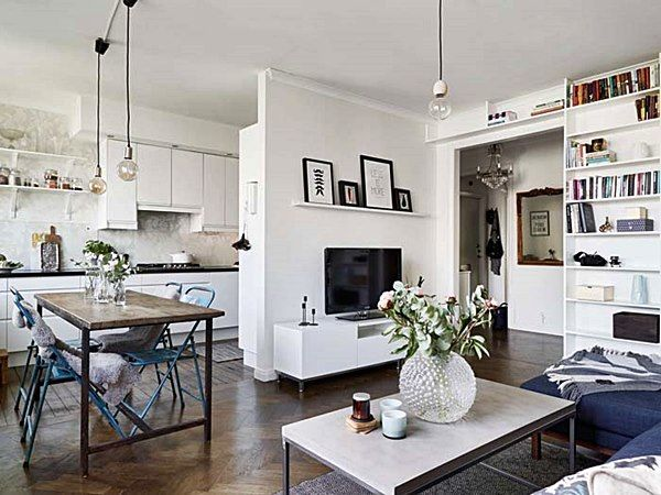 1) Sala de estar, jantar e cozinha praticamente integrados. Veja que a paredinha que esconde parte da cozinha tem, do outro lado, a TV, mas dá para ver que há armários no lado da cozinha nesta mesma parede. Extremamente funcional.  2) A mesa de jantar está perto da cozinha e há uma ótima circulação  (e divisão de espaços) mesmo sem paredes. Veja que cadeiras e mesas foram escolhidas de forma a ocupar o mínimo espaço quando não usadas.  3) A mesa de centro poderia até ser menor, mas atende…