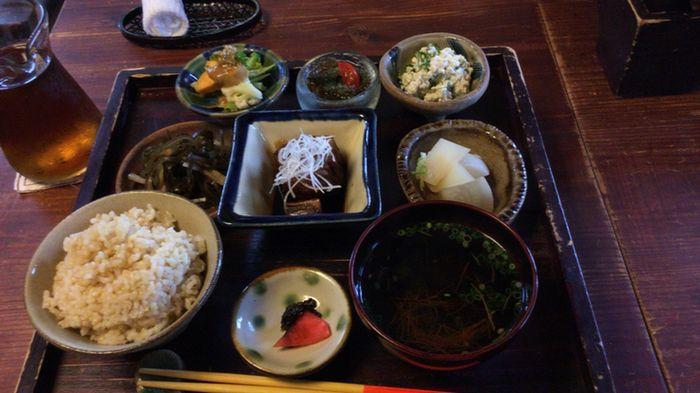 こちらは、ラフテー(豚の角煮)を中心に、玄米ごはんやさまざまな島野菜の小鉢が並んだランチメニュー。素朴なお料理に、やちむんの器がよく合います。