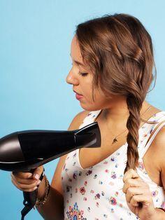 3. Leichten Wellen im ExpressverfahrenGlätteisen. Lockenstab. Klar, geht auch. Aber man kann es noch schneller und einfacher haben: Schnappt euch einfach einen Föhn, zwirbelt das leicht angefeuchtete Haar zusammen und föhnt etwa zehn Minuten drauf los. Fertig sind die Beachwaves aus dem Föhn.