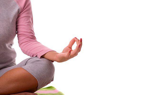 El yoga tiene enormes beneficios que no puedes olvidar: La flexibilidad, el aumento de energía, prevenir y reducir enfermedades y  una vida libre de estrés son sólo algunos de estos beneficios.
