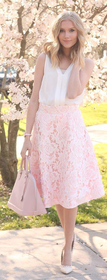 Für einen Kuss unter dem Kirschblütenbaum siehst du mit diesem Outfit aus, als wärst du einem japanischen Märchen entstigen: Transparente weiße Bluse und ein nude roséfarbener Midi-Rock mit Spitze. Nude Lace Midi Skirt Romantic