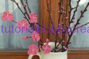 Tutorial per realizzare un ramo di fiori di pesco all'uncinetto - Tutorial per realizzare un ramo di fiori di pesco Materiale occorrente: - Fil di ferro sottile - Filo di cotone rosa N° 12 - Uncinetto N° 12 - Filo di coto