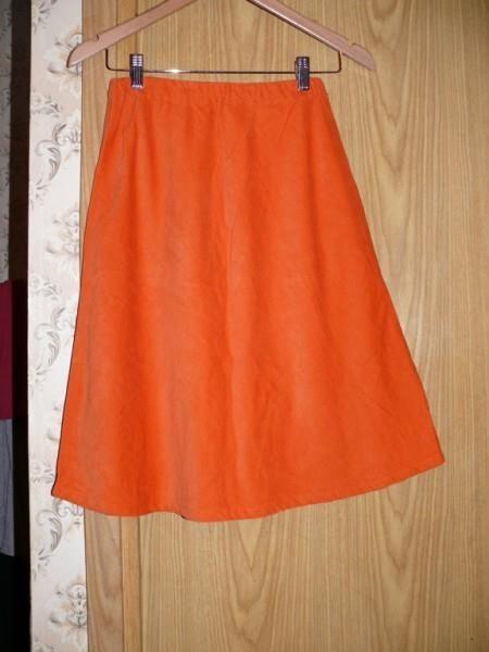 Оранжевая юбка с черной резинкой