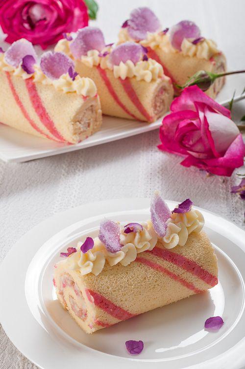 Rose rolls with mascarpone cream and white chocolate