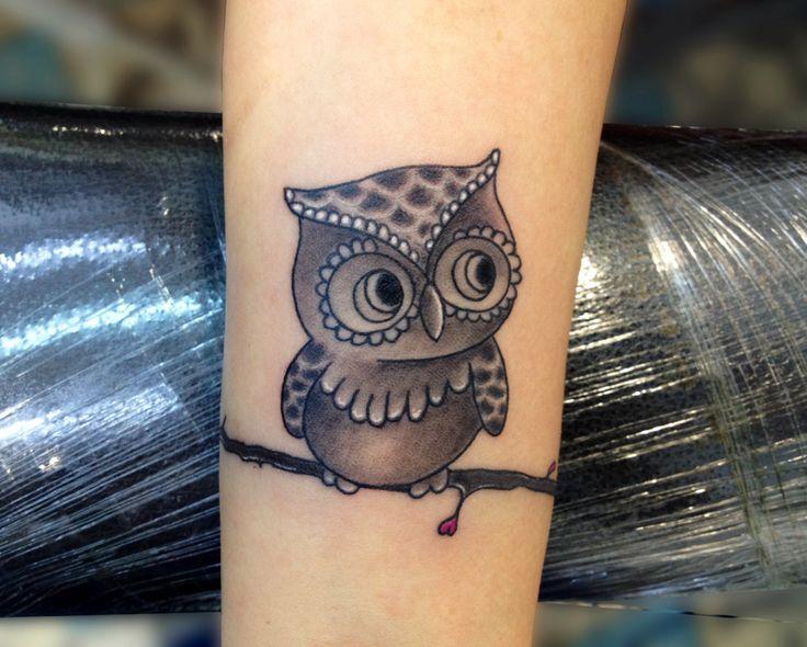 Tatuando sabiduría en la piel, símbolo de por vida y para la vida #tattoo #tatuaje #búho #sabiduría