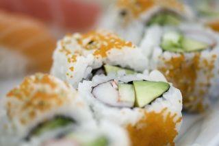 Rollito de California (California maki)   California maki Ingredientes: Aguacate, cangrejo ( o imitación) y pepino En la foto se muestran rollitos tipo uramaki, es decir con el arroz por fuera, y decorado con tobiko, que son huevas de pez volador.