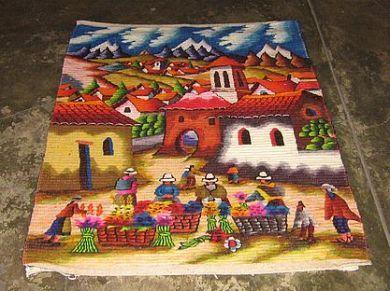 Peruanischer Motiv Wandteppich Marktplatz in den Anden  90 x 60 cm    farbenfroher Webteppich aus dicker Merinowolle mit einer traditionellen Technik aus den Anden handgewebt.  Das Muster ist liebevoll gestaltet und zeigt einen Marktplatz in den Anden.    Eine aufwendige und aussergewoehnliche Handarbeit,ein Blickfang in einem jeden Raum.      Reinigen:    Der Teppich kann normal mit Staubsauger gereinigt werden. Bei Flecken verwenden Sie bitte einen Teppichreiniger aus dem Fachhandel.
