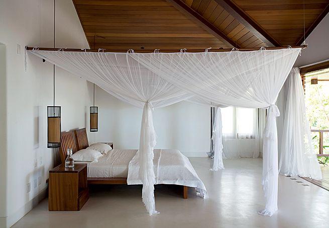 A suíte do casal ocupa todo o pavimento superior, na ala íntima. Em torno da cama e dos criados, o mosquiteiro evita o possíveis incômodos causados por insetos