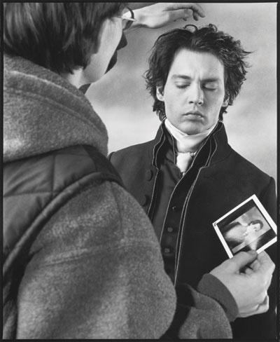 Mary Ellen Mark fotografía a Johnny Depp    Mary Ellen Mark le ha sido concedido un acceso sin precedentes a los rodajes en los que ha trabajado, deambulando con total libertad entre los actores y directores, fotografiándolos durante el maquillaje, los ensayos, en el lugar de rodaje y fuera de él, para conseguir un retrato completo de la vida fuera de cámara.