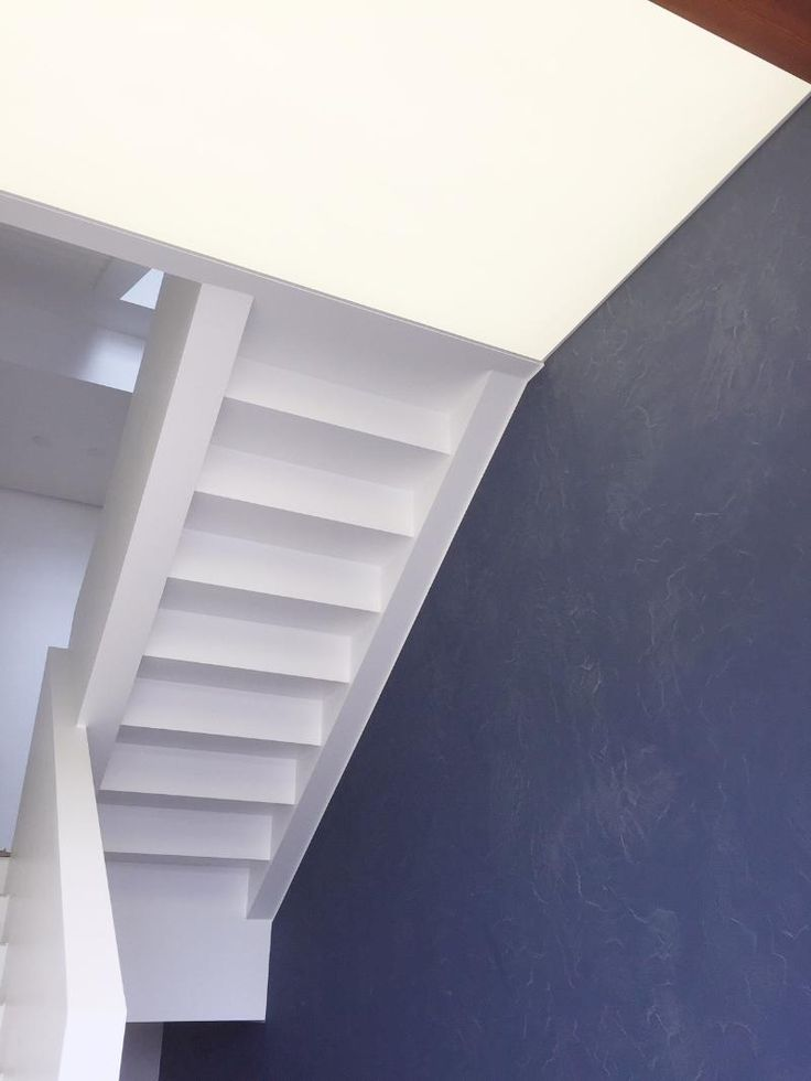 Ninapinta valokatto portaikon alapintaan asennettuna.