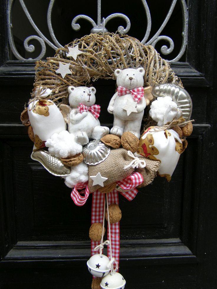 Hubáčkovi Velký vánoční věnec na přírodním korpusu o průměru 31 cm s keramickými andělskými medvědy, plechovými rolničkami a šitými látkovými sáčky.
