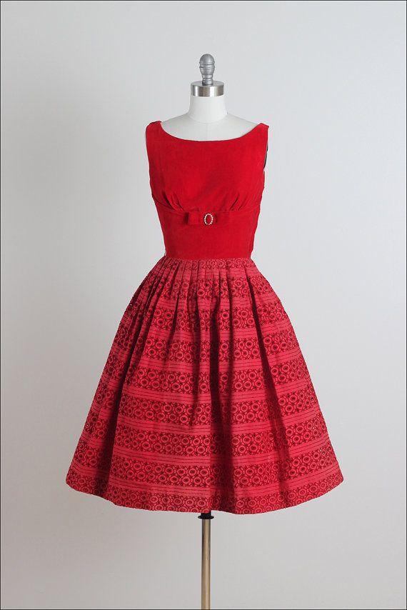 ➳ Jahrgang 1950 s Kleid  * Rote Baumwolle & samt * Acetat Futter * Mieder-Fliege mit Strass-Akzenten * Öse Spitzen Rock * Metall seitlichen