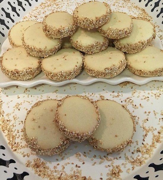 Tahin dolgulu sandiviç kurabiye hem kıyır kıyır hemde aroması açısından farklı ve lezzetli tahinli kurabiye.