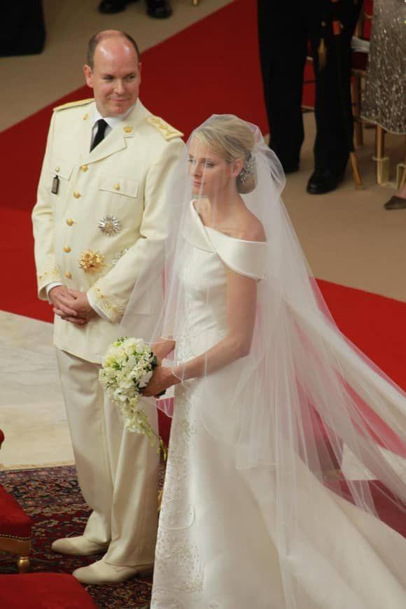 Die Schonsten Bilder Von Furstin Charlene Und Furst Albert Ii Von Monaco Furstin Charlene Furst Albert Hochzeitskleid Spitze