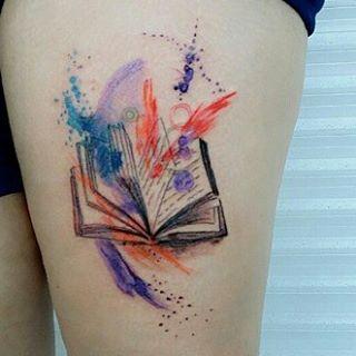 aufgeschlagenes Buch, Wasserfarben.  #Tattoo #Bücher #Buch #Buchliebe #Lieblingsbuch #Literatur #booknerd #lesen #Gedanken #Fantasie #aufgeschlagen #Seiten #Buchseiten #watercolor #watercolour #Bein #Oberschenkel