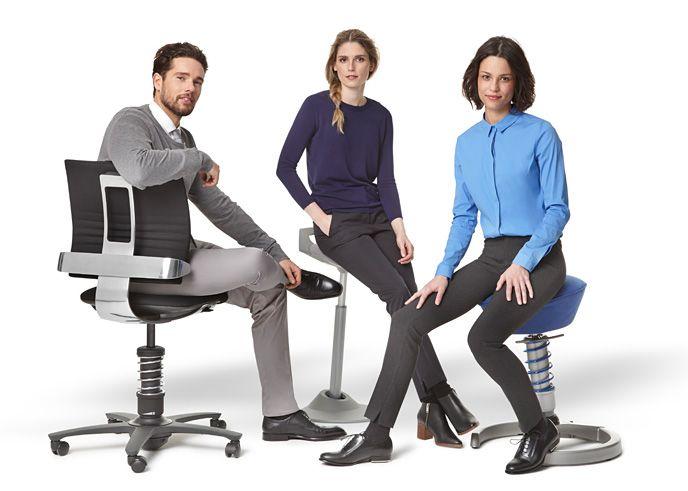 3Dee kancelárska stolička, muvman, reprezentujúci sit/stand sedenie a zdravotná stolička swopper, ktorú odporúčajú naši špecialisti na ortopédiu v Národnom rehabilitačnom ústave Kováčová.