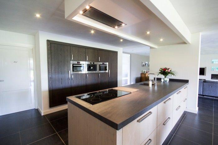 Moderne keuken met groot kookeiland en ingebouwde kast met inbouwapparatuur