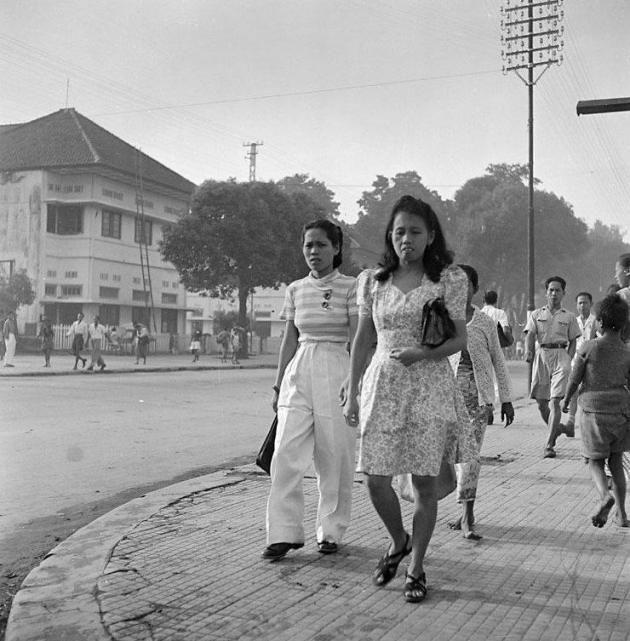 Menurut sejarah kawasan Malioboro memang sudah ramai dengan perdagangan karena adanya Pasar Beringharjo.