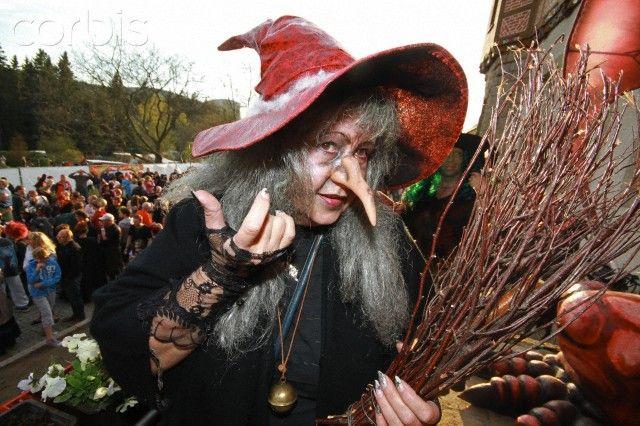 Walpurgis  = 2016年4月30日開催 =  ハノーファーの南東約150kmのところに、3州にまたがるハルツ山地があります。ここで一番高いブロッケン山(1142m)は昔から魔女が集まることで知られています。  毎年4月30日の夜、悪魔と共に祝賀会を催すために魔女たちは谷の広場に集まって来ます。「ヴァルプルギスの夜」と呼ばれるこの儀式は、北国の夏の始まりを告げるものです。魔女たちが火を取り囲んで大きく輪になり踊った後、悪魔のお尻にキスをして結婚をすると、新たな魔力を手に入ったという伝説があります。  ハルツ地方の多くの町には、今年も4月30日魔女に扮した人々が集まり、夕方からお祭りを開きます。中にはゴスラーのように2日間にわたってイベントを行う町もあります。  ハルツ山地では一年中SLが運行しており、ヴェルニゲローデ(Wernigerode)からブロッケン山を結んでいます。ハルツの旅には中世の町並みが美しいヴェルニゲローデを基点とすることをおすすめします。 ハルツ登山鉄道については http://www.hsb-wr.de…