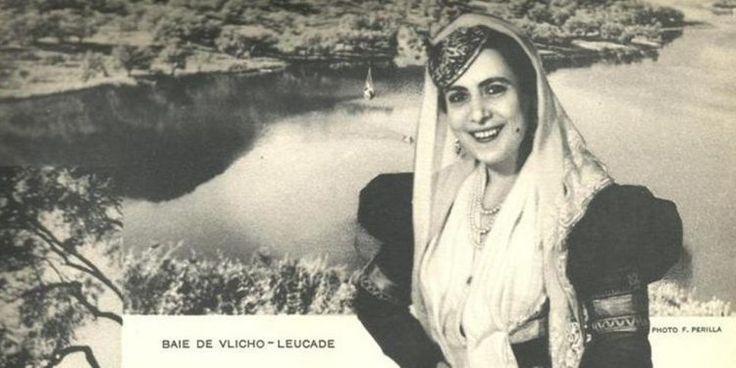 Λευκαδίτισσα νύφη με φόντο το Βλυχό το 1937. Από το περιοδικό «EN GRECE» μια Γαλλόφωνη τριμηνιαία έκδοση για τον τουρισμό.