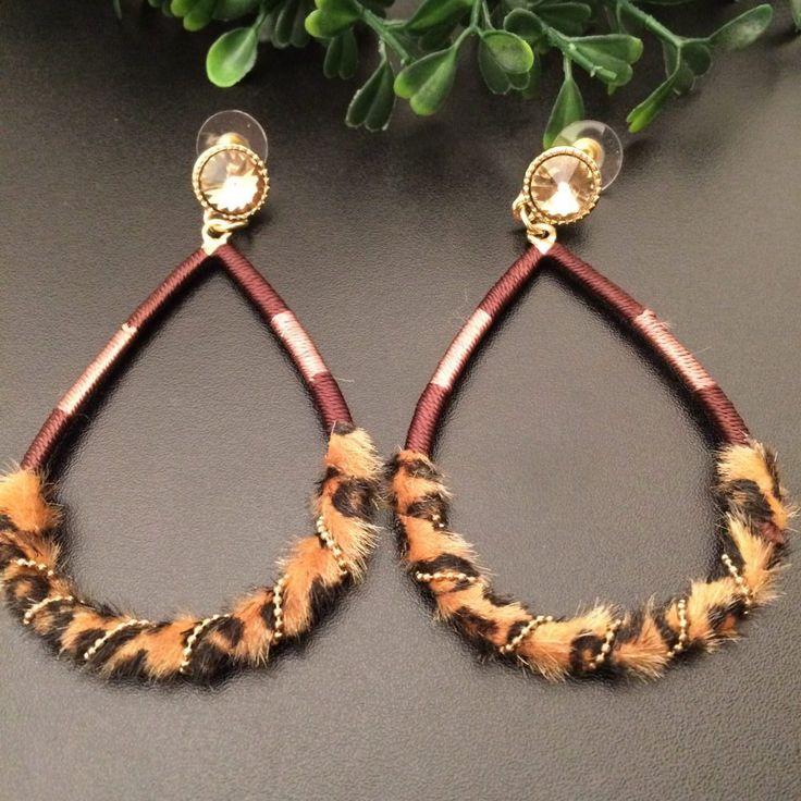 oorbellen tijgerprint hangers gele strass knopjes - 7 cm lang - 5 cm breed - vorm van ei - omwikkeld met garen en tijgerprint nepbont - party - 4leafs4joy