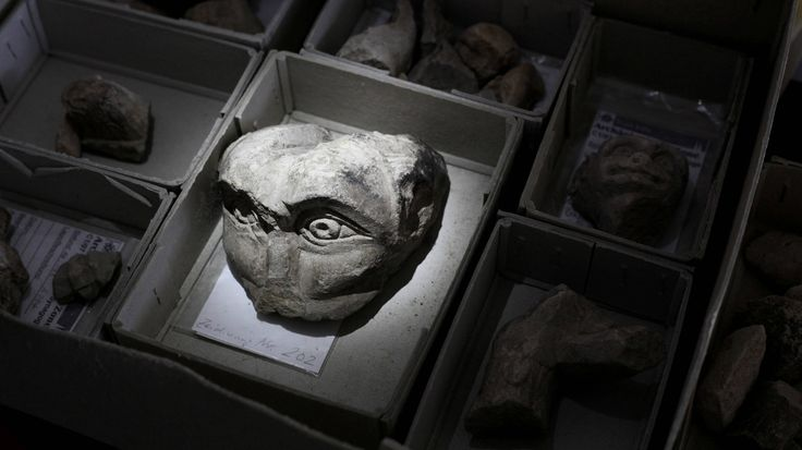Manche archäologischen Funde aus der Menschheitsgeschichte bleiben bis heute mysteriös, da sie das Weltbild ins Wanken bringen. Von Flugzeugen für Pharaonen bis hin zu Pyramiden in Frankreich – das sind die spektakulärsten Entdeckungen.