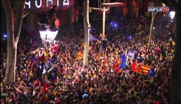 Kibice zapełnili całe centrum Barcelony świętując zwycięstwo w finale Ligi Mistrzów • Celebracja fanów FC Barcelony • Wejdź i zobacz >> #fcbarcelona #barcelona #barca #football #soccer #sports #pilkanozna