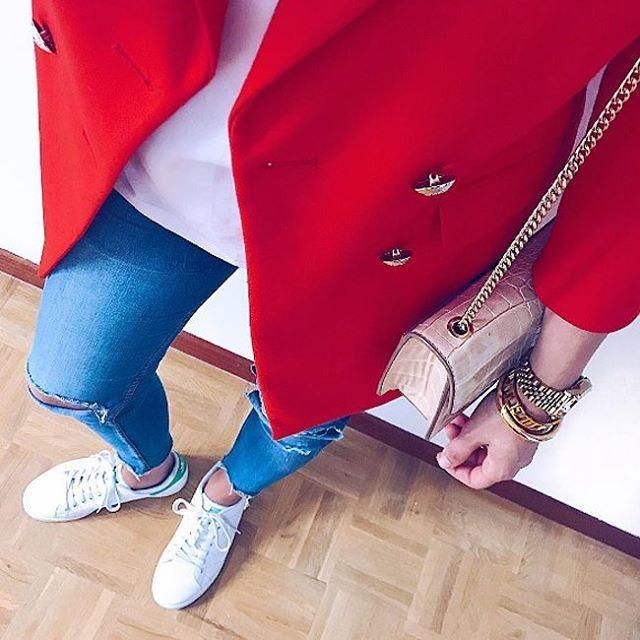 Классическое сочетание белая футболка и голубые джинсы – универсальная основа для создания всевозможных образов. Загляните к нам в JiST, мы поможем вам создать такую стильную базу.  #summer #fashion #outfitidea: #stylish #blue #denim #jeans & #white #tshirt help to create #chic #outfit #мода #стиль #тренды #джинсы #футболка #модно #стильно #киев #новаяколлекция
