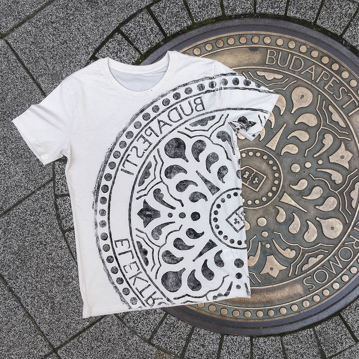 raubdruckerin | manhole cover prints on bags & shirts – Unique prints of surfaces and other elements of the urban landscape on streetwear. Printed directly on-site in the streets of cities like Berlin, Amsterdam, Lisbon and Paris.
