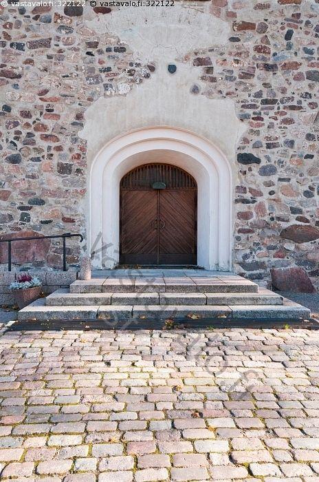 Kirkkonummen Pyhän Mikaelin kirkkon pääovi - kirkko kivikirkko keskiaika Kirkkonummi ovi portaat porras kaide mukulakivet uskonto syksy