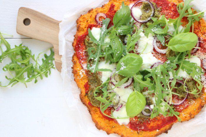 Pizza is niet ongezond, maar kan zeker nog gezonder als je deze zoete aardappelpizza met pesto en mozzarella op tafel zet. Easy extra groenten toevoegen!
