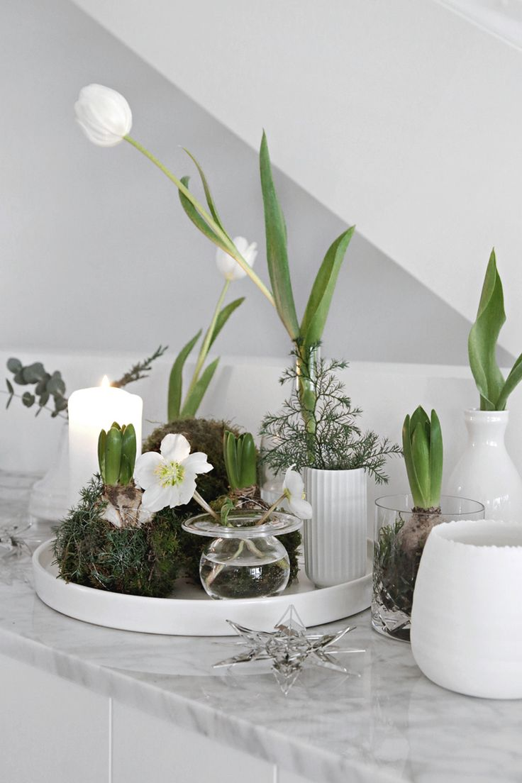 A nice alternative way to decorate for Christmas is to gather lots of different candles and vases with flowers like I have done here. As you can see, I´...