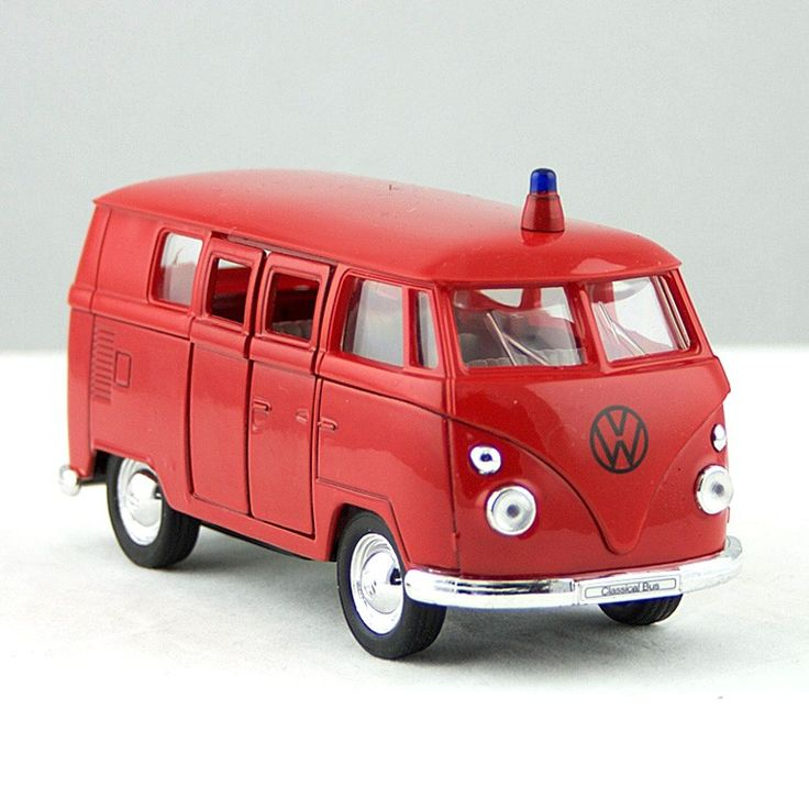 Deze miniatuur Volkswagen bus is een schaalmodel van een Duitse brandweerwagen uit 1962. Met pull-back motor.