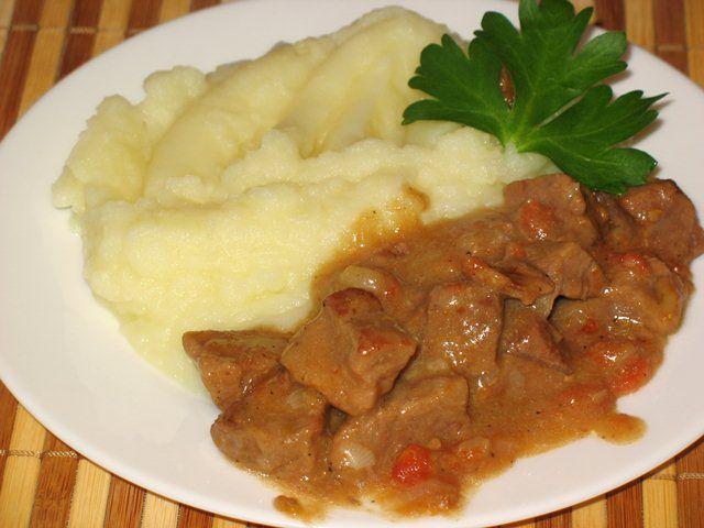 В своём исконном назначении гуляш это густой мясной суп, который варился на телятине. Но, в нашем русском обиходе мы привыкли к нему, как к горячему