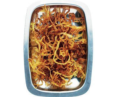 Hemrostad lök är godast och därmed basta. Och inte heller är det särskilt svårt att göra. Servera som tillbehör till korv, hamburgare eller strö över en pastasallad med kyckling.