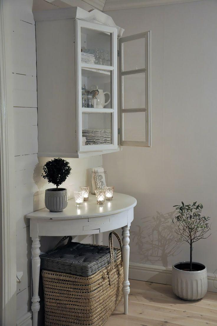 ronde tafel (leuk voor in de slaapkamer) met foto's, plantje/bloemen kaarsjes en erboven evt een mooie grote foto.