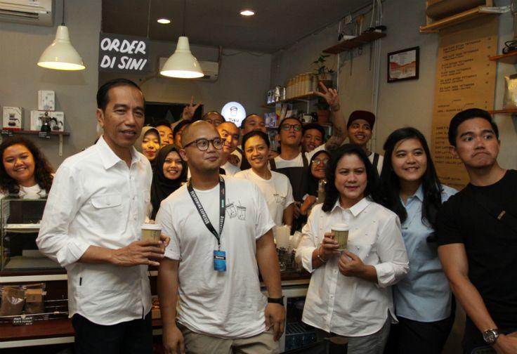 Ngopi di 'Kedai Kopi' Cipete, Jokowi Apresiasi Merek Lokal