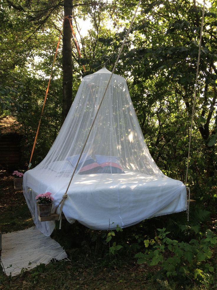 Himmelseng i haven. Outdoor hanging bed. Hammock bed
