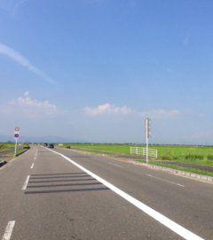 佐賀市の県道49号線は佐賀空港に繋がる道路だんだけど佐賀らしい景色が見えて私は大好きな道 一面に広がる田んぼや畑の間をずっと真っ直ぐに続くからたまに飛ばしたくなるけどね(笑) 田植えが終わる時期には回りの田んぼの稲の緑が鮮やかでキレイですよ(ω)  #佐賀 #県道49号線 #佐賀空港 tags[佐賀県]