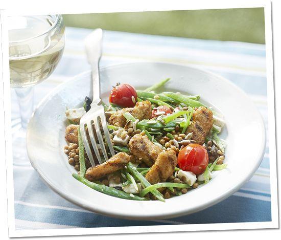 Linzensalade met gegrilde stukjes, peultjes, olijven, geroosterde tomaatjes & feta