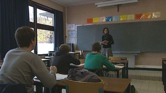 """De daling doet zich voor in zowat alle onderwijsvormen, vooral in het beroepsonderwijs. Minister Crevits is tevreden, al zegt ze dat er nog """"een lange weg te gaan is""""."""