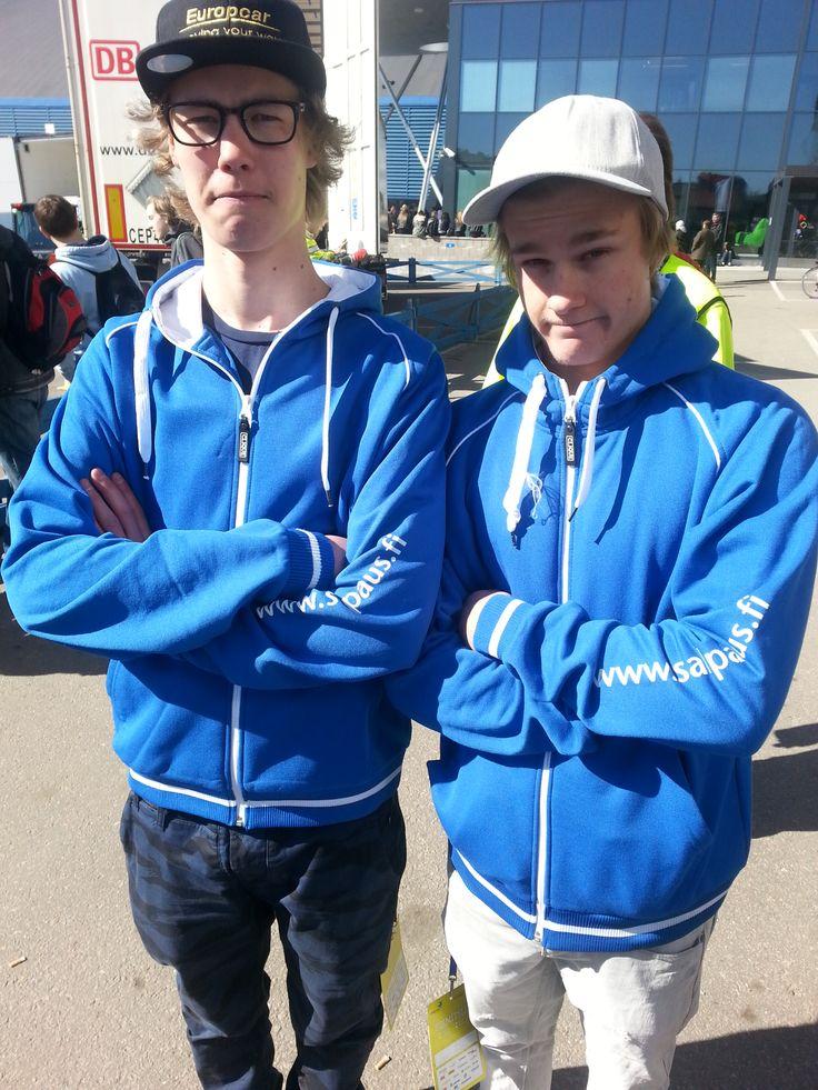 Aleksi Mutru ja Jussi Paarma ovat apuna TaitajaPlus pisteellä. Aleksin ja Jussin mielestä Taitaja2014 on hieno ja kivasti suunniteltu tapahtuma, joka yhdistää nuoria. Pojat työskentelevät Taitajissa iloisin mielin.