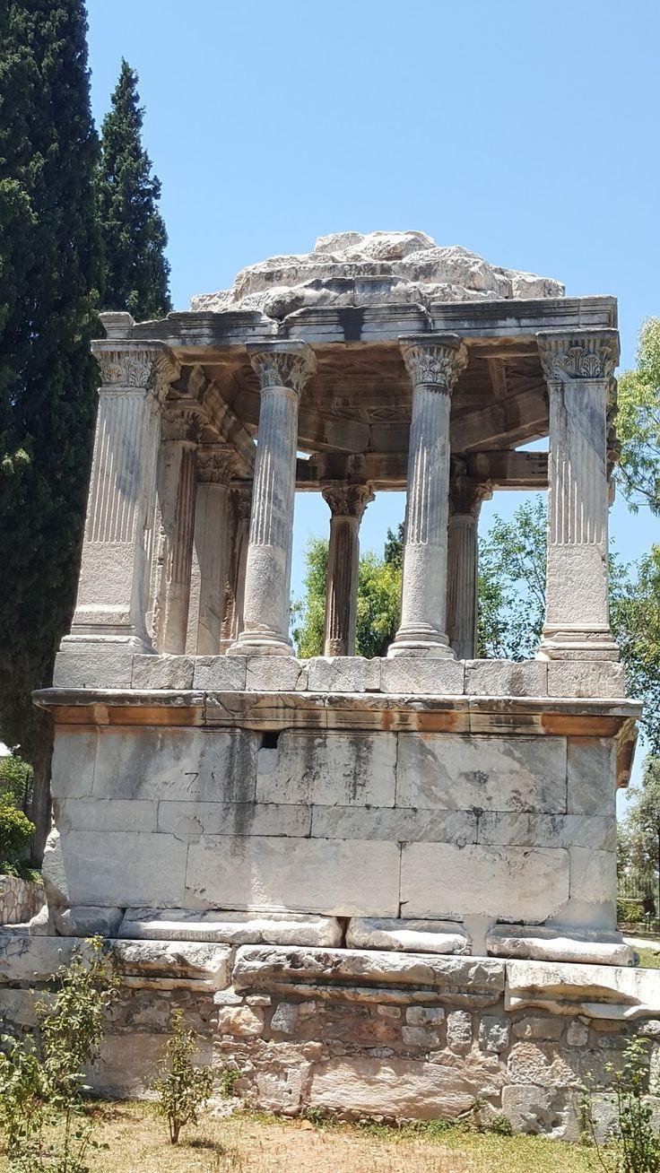 Gümüşkesen mezar anıtı/Milas/Muğla/// Mimari olarak dünyanın antik çağlardaki dünyanın yedi harikasından birisi sayılan Halikarnas Mausoleumu'nun küçük bir örneği olması açısından önemlidir. Milas'ın bugünkü Gümüşkesen Mahallesi'nde, Antik Roma nekropolünün en gösterişli yerine yapılan anıt, ancak kente büyük hizmetleri geçen bir şahıs, soylu veya yönetici bir aileye ait olmalıdır.