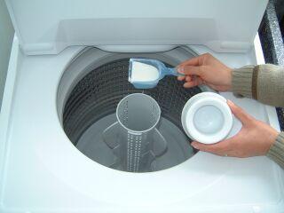 重曹洗濯水温 30~40℃位がいいみたい。  重曹:大さじ2杯 程度 過炭酸ソーダ(※):大さじ1杯程度 小さじ1杯のクエン酸を柔軟剤用ポケットに入れる 。  ■色物系衣類の場合 温度を30℃位にして、あとは同じ。  ■ウール・シルク系衣類の場合   温度 30℃のぬるま湯を大きな桶に入れて手洗いします。 重曹:大さじ1杯程度  洗うものを大きくたたんで2~3回押し洗いをして、20分程置いてさらに2~3回押し洗いしてね。  すすぎは1回 すすいだ後、水300cc位にクエン酸を一つまみ入れて柔軟剤を作る。(バケツとか洗面器に作って) その中に、衣類を入れて柔軟仕上げ。 脱水は、短いほうがいいから、約15~20秒くらい。そうするとシワができにくいわよ。