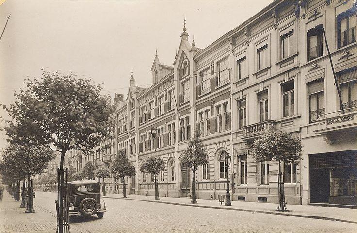 """Antwerpen, de Quellinstraat richting de Keyserlei. De vroegere """"Duitse school"""" (protestants), op de plaats waar nu het scholencomplex gevestigd is met o.a. het """"Leonardo Lyceum"""". Op de achtergrond is ook feestzaal Quellin nog te zien."""