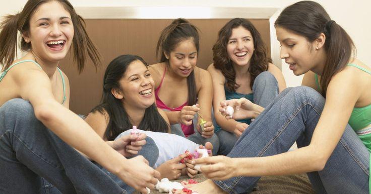 """Ideas de verdad o consecuencia para pijamadas. Desde primer grado hasta novias por primera vez, """"verdad o consecuencia"""" es un clásico de las fiestas de pijamadas. Aunque las pijamadas de los niños necesitarán planes y estructuras extra, a medida que las niñas crecen pueden planear su propia fiesta. Pero una sobredosis de brownies y cafeína puede hacer que la mente se ponga en blanco, así que ..."""