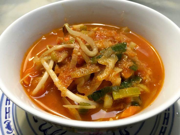 Nieuw recept: Chinese tomatensoep:  Tomatensoep vind bijna iedereen lekker, deze Chinese variant is zeker en vast een aanrader. We maken het je ditmaal gemakkelijk met een kant-en-klaar groentepakket, uiteraard kun je zelf ook Aziatische groenten toevoegen aan de soep. Voor een stevige maaltijdsoep kun je ook noedels of mie meekoken in de soep.  http://wessalicious.com/chinese-tomatensoep/