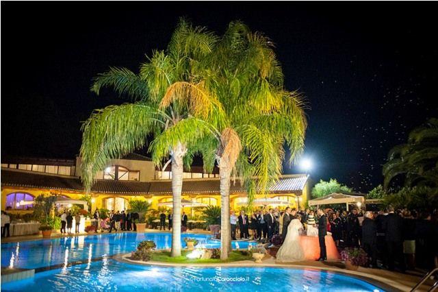 Villa Ligea è una location immersa nel verde a Cariati Marina. I suoi molteplici ambienti permettono di scandire con eleganza i diversi momenti del ricevimento: dispone infatti di due raffinate sale, ognuna delle quali ha una capienza di 240 posti a sedere, e di un ampio giardino attorno alla piscina nel quale allestiamo suggestive ambientazioni. Sposarsi in Calabria