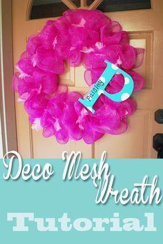 Deco mesh / geo mesh wreath tutorial from http://www.clumsycrafter.com DIY