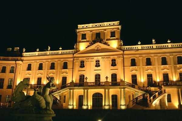 """FERTŐD barokk épületegyüttese méltó párja a bécsi Schönbrunn és a párizsi Versailles kastélynak. """"Magyar Versailles""""-nak is szokták nevezni."""